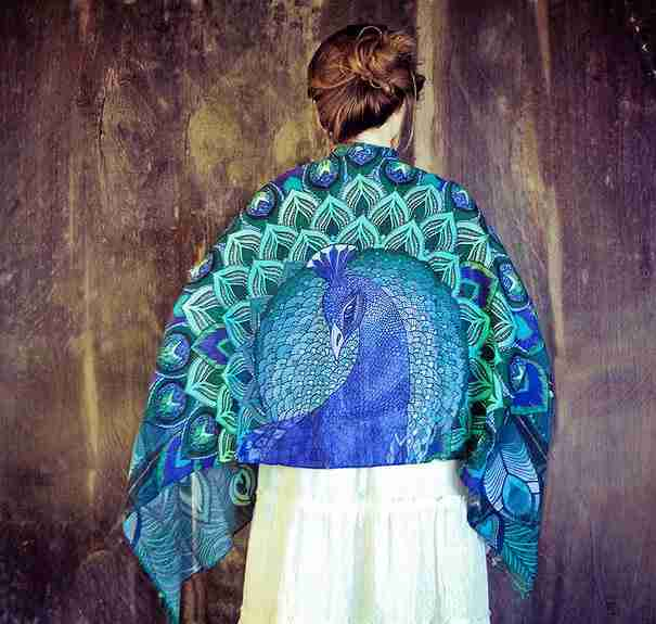 """Αυτά τα όμορφα μαντήλια """"χαρίζουν"""" φτερά σε όποια τα φοράει"""