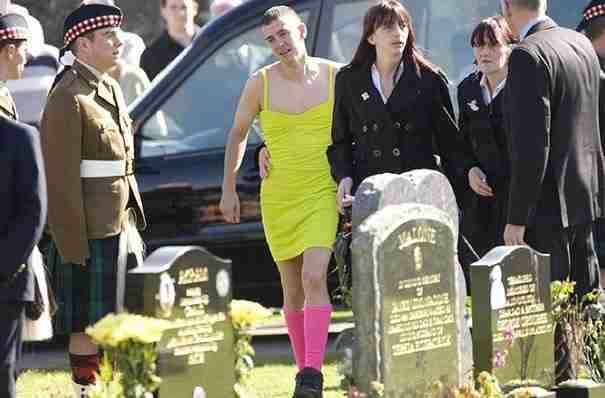 Αυτός ο άντρας φορούσε φόρεμα σε κηδεία. Ο λόγος που το έκανε όμως είναι που έχει σημασία.