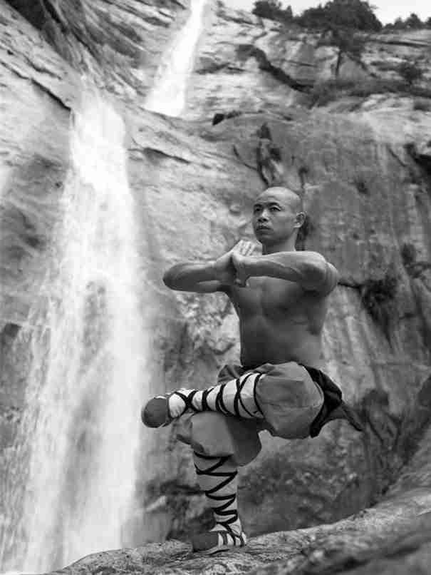 Αυτές οι φωτογραφίες μοναχών Σαολίν την ώρα που γυμνάζονται θα διαψεύσουν όλα όσα ξέρετε για τα όρια του ανθρώπινου σώματος