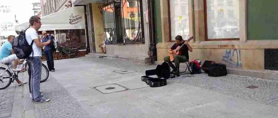 Κανένας από τους περαστικούς δεν μπορούσε να πιστέψει ότι αυτός ο άντρας είναι μουσικός του δρόμου!