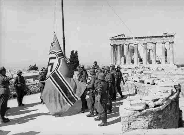 Λάκης Σάντας: Έτσι κατεβάσαμε την Γερμανική σημαία από την Ακρόπολη..