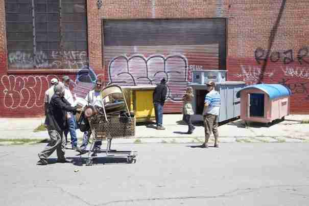 Ένας άντρας μαζεύει σκουπίδια και με αυτά κατασκευάζει σπίτια για τους άστεγους!