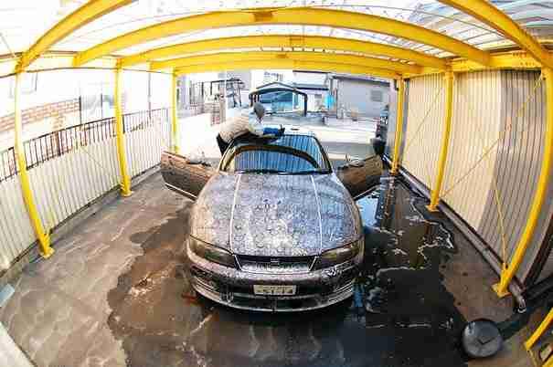 Ένας άντρας άφησε τη γυναίκα του να ζωγραφίσει εξωτερικά το αυτοκίνητο του! Δείτε το αποτέλεσμα..