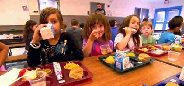 Αυτός ο δάσκαλος όταν είδε πόσα παιδιά μπαίνουν στην τάξη του πεινασμένα έκανε το πιο όμορφο πράγμα