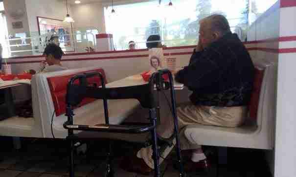 Αυτός ο ηλικιωμένος παίρνει πάντα μαζί του τη φωτογραφία της γυναίκας του. Για τον πιο όμορφο λόγο.