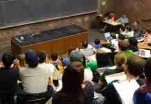 Ένας καθηγητής μπαίνει στην τάξη και δίνει στους μαθητές του ένα μάθημα ζωής