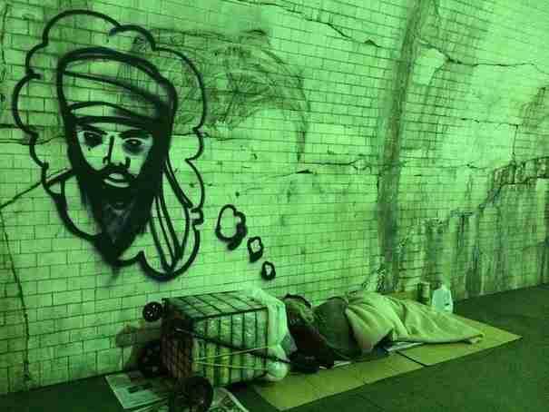 Ένας καλλιτέχνης Γκράφιτι επιστήνει την προσοχή στους αστέγους ζωγραφίζοντας τα όνειρά τους