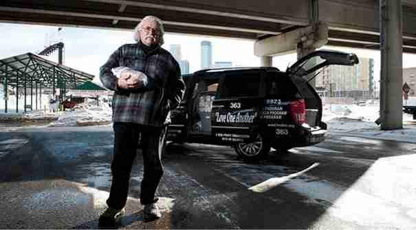 Ένας άντρας αγνοώντας τις εντολές των γιατρών, βγαίνει τις νύχτες στους δρόμους για να προσφέρει φαγητό στους άστεγους