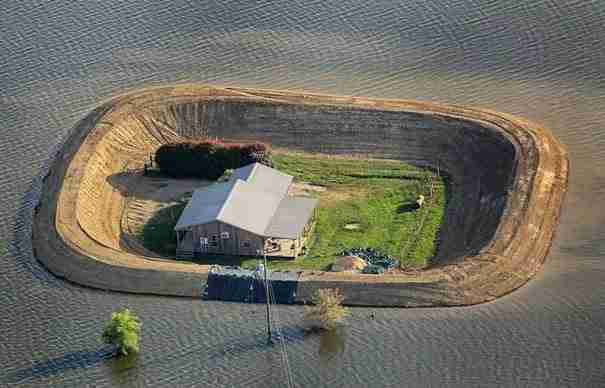 Όταν είδαν μια καταστροφική πλημμύρα να απειλεί τα σπίτια τους έκαναν κάτι μοναδικό!
