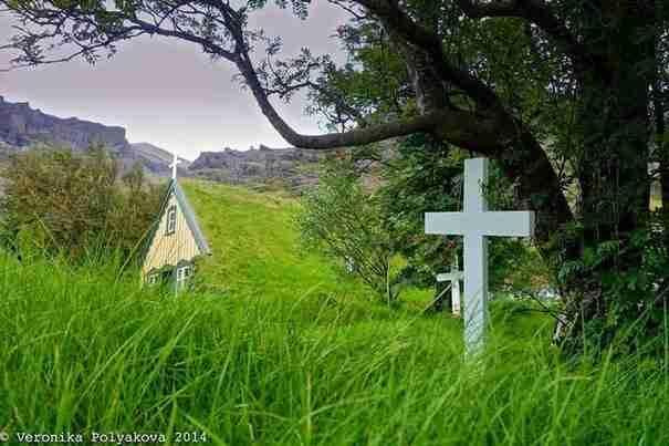 Από μακρυά τίποτα δεν σε προετοιμάζει ότι αυτό που θα συναντήσεις θα είναι μια εκκλησία