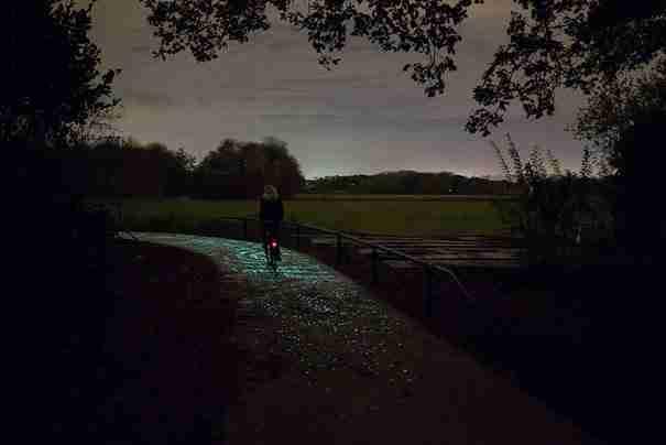 Ολλανδός καλλιτέχνης δημιούργησε ένα μονοπάτι για ποδήλατα που λάμπει στο σκοτάδι!