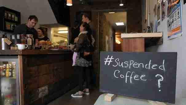 Ένας άντρας μπήκε σε ένα καφενείο, πήρε ένα καφέ και πλήρωσε τρεις. Για τον ωραιότερο λόγο