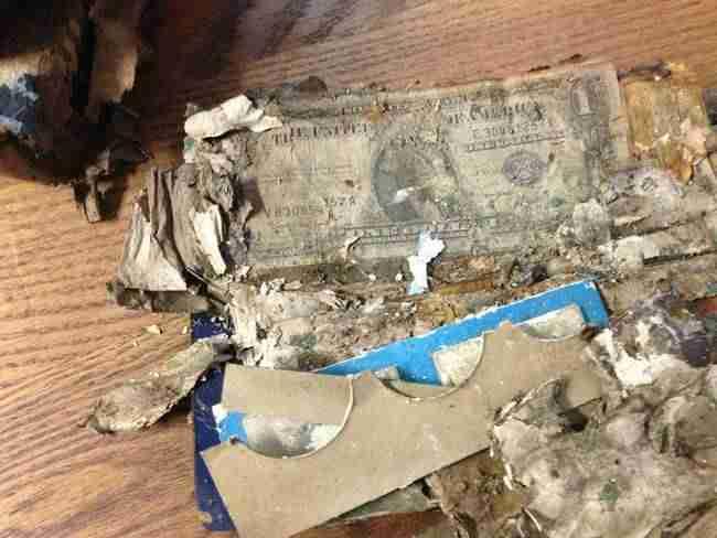 Ενώ καθάριζε το σπίτι του παππού του, ανακάλυψε ένα καλά κρυμμένο θησαυρό!