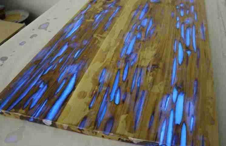 Δείτε τι θα συμβεί αν ρίξουμε κόλλα και σκόνη που φωσφορίζει σε ένα κομμάτι σαπισμένο ξύλο