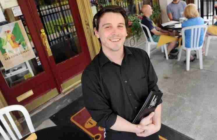 Αυτός ο σερβιτόρος δέχτηκε το δώρο της ζωής του από έναν εντελώς άγνωστο άντρα!