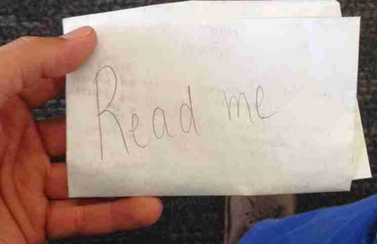 Ένας άντρας βρήκε ένα χαρτί πεταμένο μπροστά του. Δεν θα πιστέψετε τι υπήρχε μέσα του