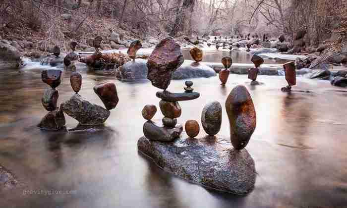 """Καλλιτέχνης δημιουργεί """"αδύνατους"""" πύργους ισορροπώντας βράχια"""