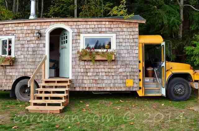 Πήραν ένα παλιό σχολικό λεωφορείο και το μετέτρεψαν στο πιο χαριτωμένο κινούμενο σπίτι!
