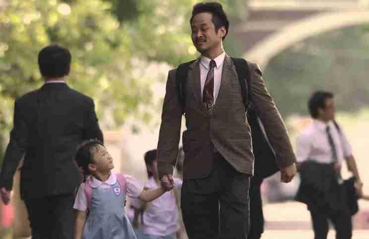 Αυτός ο άντρας είναι ο καλύτερος πατέρας του κόσμου. Αλλά είναι και ψεύτης..