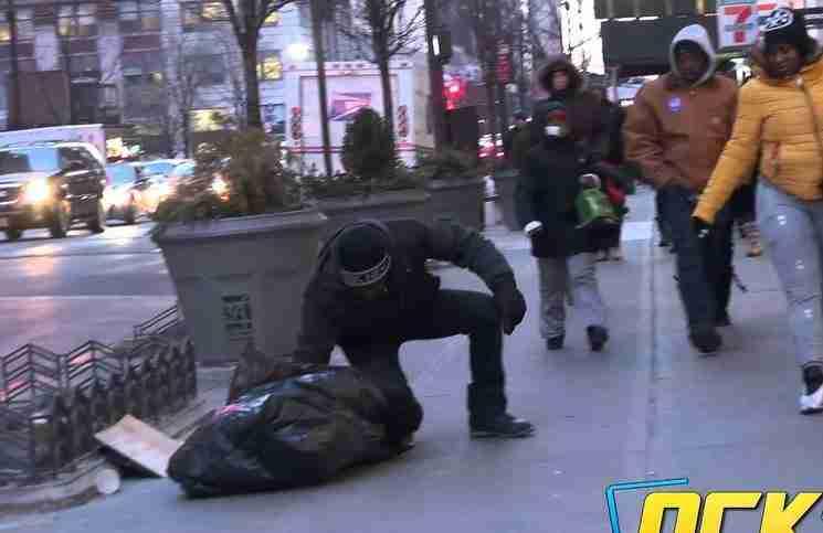 Ένα άστεγο αγόρι τρέμει από το κρύο χωρίς παλτό. Δείτε ποιος θα το βοηθήσει!