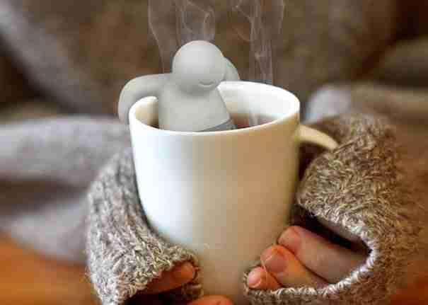 2. Τοποθετήστε τα φακελάκια τσάι μέσα σε αυτόν τον κύριο πριν τα ρίξετε στην κούπα σας. Μοιάζει να απολαμβάνει το ζεστό μπάνιο..