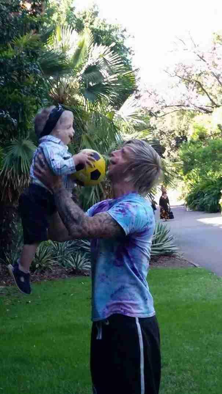 Ένας άντρας με σπάνια πάθηση ταξίδεψε στην Αυστραλία για να βοηθήσει ένα παιδί με την ίδια διαταραχή