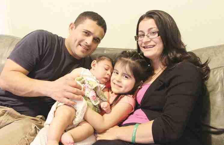 Ένα μωρό που γεννήθηκε με μια σπάνια ασθένεια αψηφά τις πιθανότητες και γιορτάζει τα πρώτα του γενέθλια