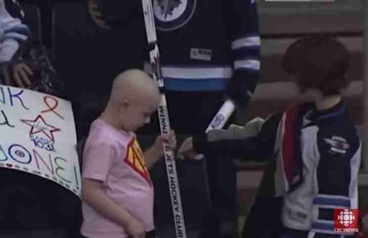 Η συγκινητική στιγμή μεταξύ ενός αγοριού με μεγάλη καρδιά και ενός κοριτσιού με λευχαιμία