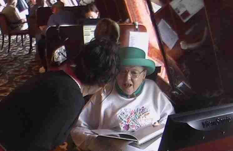 Ρώτησε μια ηλικιωμένη τι κάνει μόνη της πάνω στο πλοίο. Η απάντηση της ήταν διαφωτιστική