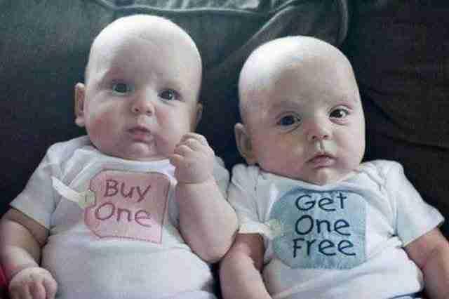 """Αυτά τα δίδυμα μωρά που φορούν τα πιο αξιολάτρευτα ρούχα: """"Αγοράζεις ένα"""" και """"Παίρνεις το άλλο δώρο""""."""