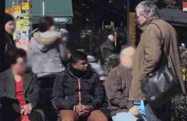 Ρατσιστική επίθεση σε στάση λεωφορείου στο κέντρο της Αθήνας (κοινωνικό πείραμα)