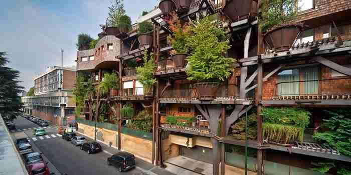 Κάθε βήμα στον σχεδιασμό του κτιρίου έχει γίνει με τέτοιο τρόπο ώστε να κρύβεται το τσιμέντο από το πράσινο της φύσης.