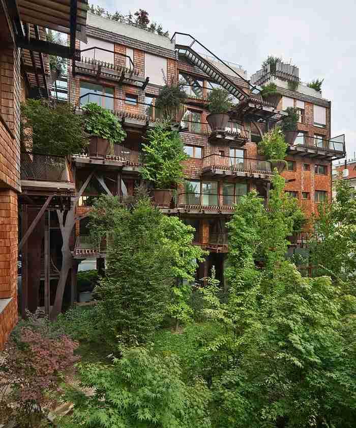 Το ασύμμετρο σχήμα της κάθε βεράντας σε συνάρτηση με την οργανική αρχιτεκτονική, επιτρέπει στα δέντρα να «φυτρώνουν» και να σκεπάζουν το κτίριο.