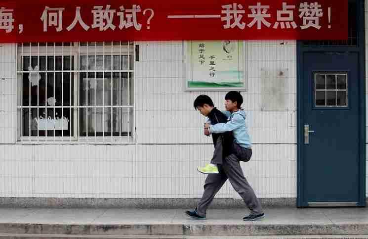 Κάθε μέρα για τα τελευταία 3 χρόνια, ο 18χρονος Xie Xu ανεβάζει στην πλάτη του ένα συμμαθητή και φίλο του με ειδικές ανάγκες για να τον μεταφέρει στο σχολείο.