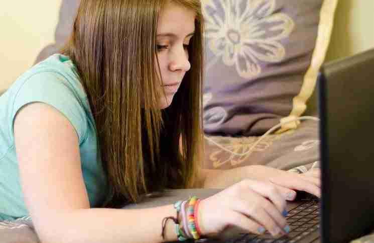Βρήκε κάτι ενοχλητικό στον υπολογιστή του πατέρα της. Δείτε πως αντέδρασε!