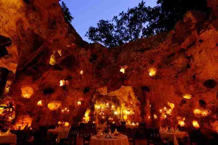 Εστιατόριο στη σπηλιά Ali Barbour στη παραλία Diani, Κένυα