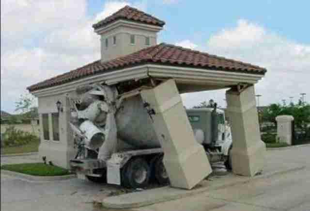 Η στιγμή που ακολούθησε όταν δεν κατάφερες να υπολογίσεις σωστά το ύψος του οχήματος σου..