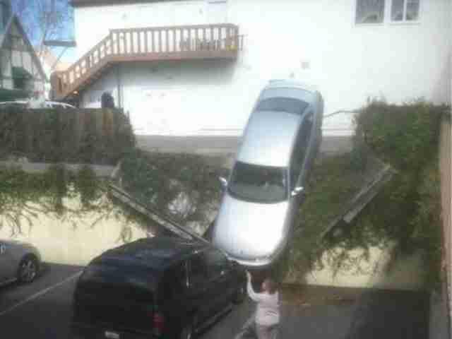 Όταν σκέφτηκες ότι το αυτοκίνητο του θα είναι ασφαλές στο πάρκινγκ. Μην ανησυχείτε, κανείς δεν χτύπησε!