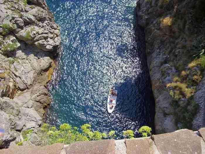 Το βασικό πλεονέκτημα του Φουρόρε είναι το φιόρδ ή Fiordo. Πρόκειται για ένα στενό φαράγγι που δημιουργήθηκε από το ρεύμα Schiato και καταλήγει στη θάλασσα.