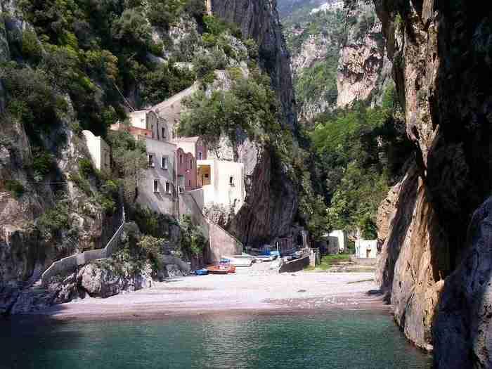 Ένα σύμπλεγμα κατοικιών παλαιών ψαράδων υπάρχουν προσκολλημένες στα βράχια.