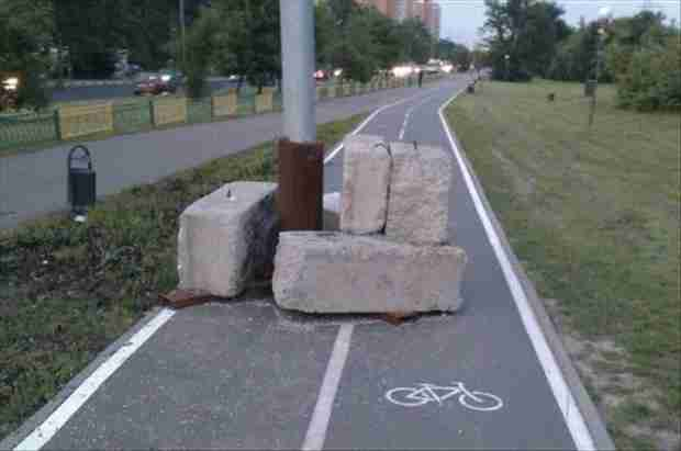 Δεν μπορούμε να σκεφτούμε τι είναι χειρότερο. Ο στύλος στη μέση του ποδηλατόδρομου ή οι τεράστιοι βράχοι που τον στηρίζουν!