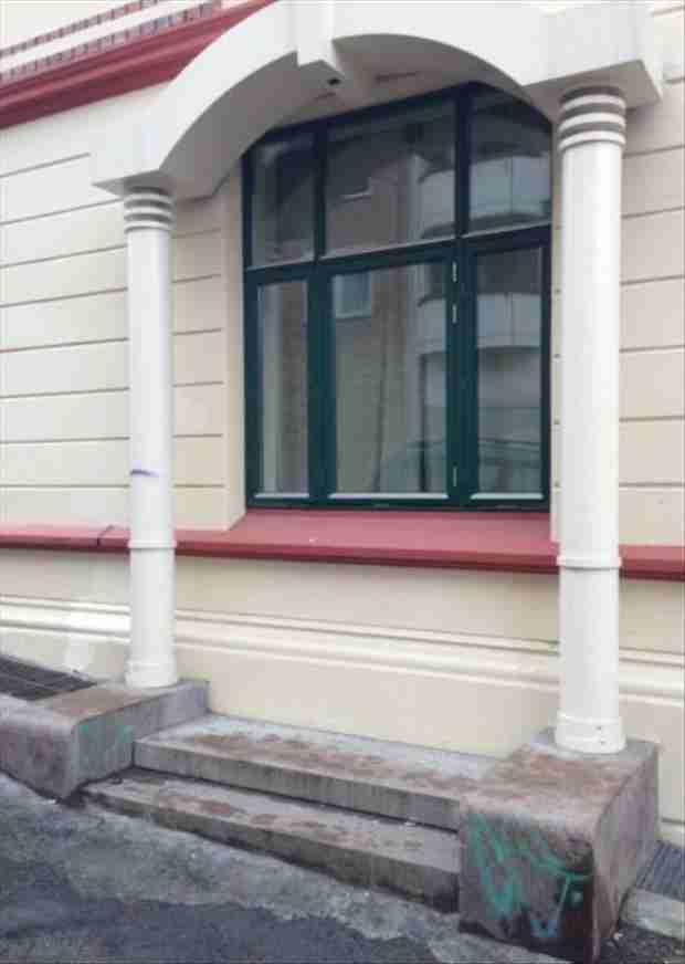 Είναι μια πόρτα που υποτίθεται ότι μοιάζει με παράθυρο ή ένα παράθυρο που υποτίθεται ότι μοιάζει με πόρτα;