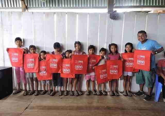 Δημιούργησε σανδάλια που μεγαλώνουν 5 μεγέθη σε 5 χρόνια για να βοηθήσει τα φτωχά παιδιά
