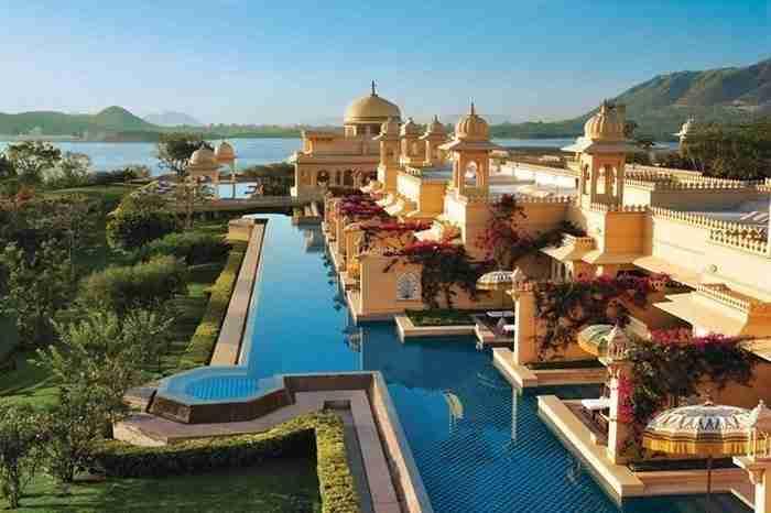 Η πισίνα Oberoi Udaivilas στην όχθη της λίμνης Pichola, στην Ινδία