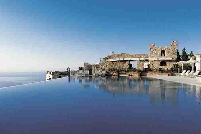 Η πισίνα του ξενοδοχείου Caruso στην όμορφη ακτή Αμάλφι της Ιταλίας