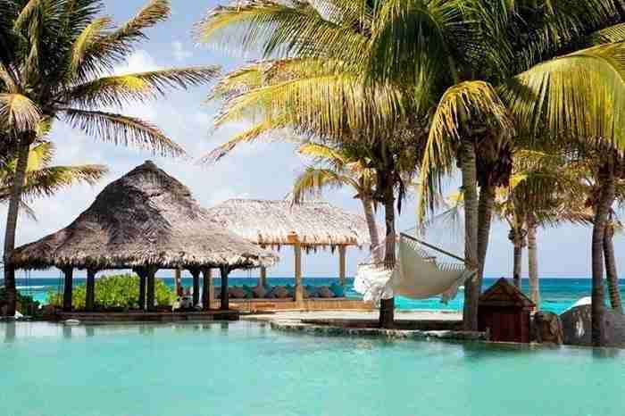 Η πισίνα στο Ρίτσαρντ Μπράνσον Necker Island Resort στις Βρετανικές Παρθένες Νήσους