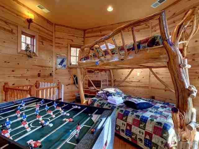 Ένα άλλο δωμάτιο διαθέτει ξυλόγλυπτη κουκέτα, βελάκια, ποδοσφαιράκι.