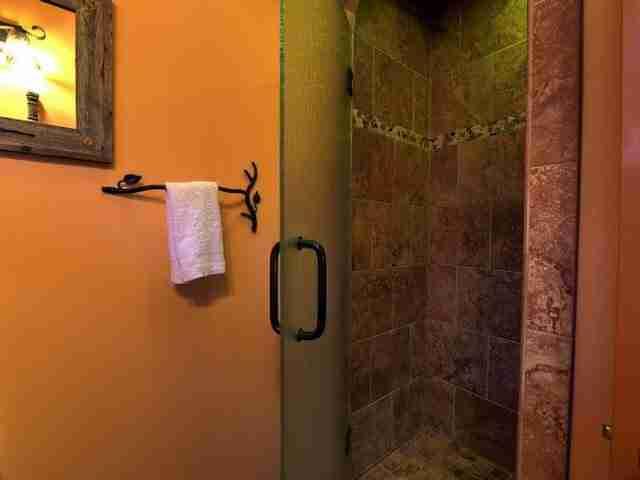 Υπάρχει επίσης ένα πλήρες μπάνιο με ντους.