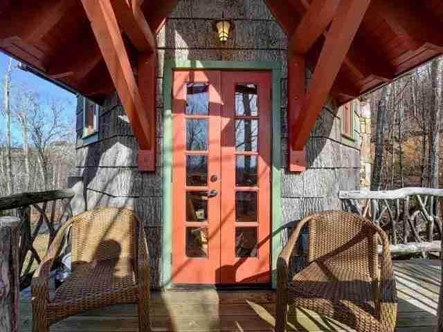 Η κύρια είσοδος οδηγεί σε σκάλες που καταλήγουν στο καθιστικό.