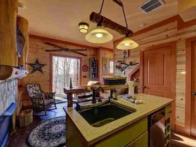 Το εσωτερικό του διαθέτει παιχνιδιάρικη διακόσμηση και επένδυση από ξύλο.